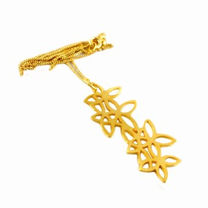 Forgyldt halskæde med blomster – pris 350.00