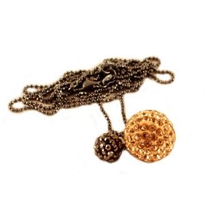 Lang halskæde med gylden kugle – pris 300.00