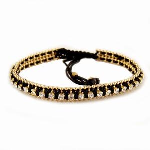 Knyttet armbånd i sort med guld – pris 139.00