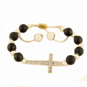 Armbånd med perler og kors – pris 159.00